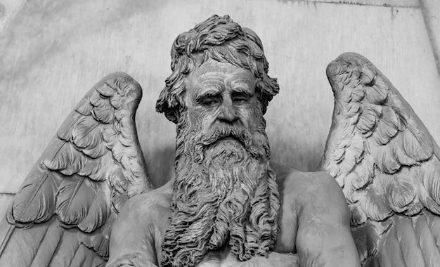 Antike engelsstatue (denkmal aus dem jahr 1820, marmor) auf einem christlich-katholischen friedhof - italien