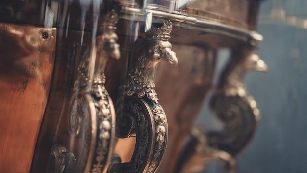 Antike gravierte bronzestatue
