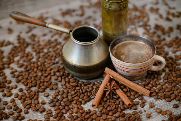 Antike kaffeemühle mit tasse, kaffeemaschine und bohnen