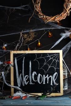 Antike kandelaber mit schmelzender kerze, spinnennetz und einer spritze mit tomatensaft auf schwarzem. halloween-partydekoration