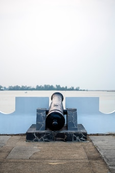 Antike kanone ausgestellt auf der plattform mörtel küste