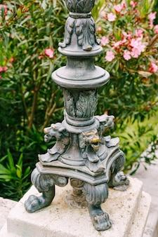 Antike kupferne laternenpfahllöwen am fuße eines vintage-laternenpfahls in dubrovnik
