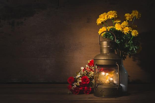 Antike lampe auf holztisch-dunklem hintergrund.
