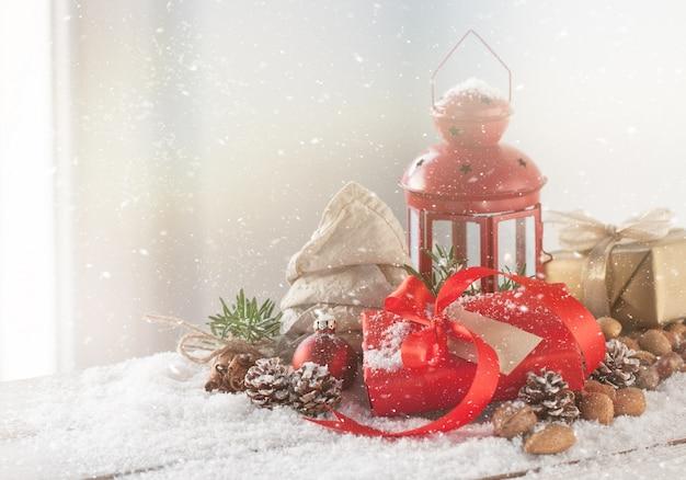 Antike lampe mit einem roten geschenk mit roter schleife