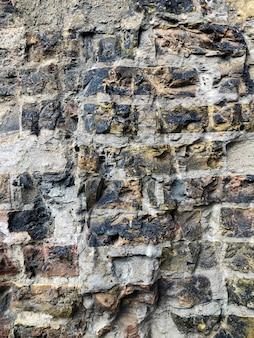 Antike rote ausgeglichene backsteinmauer. teil der wand eines alten gebäudes