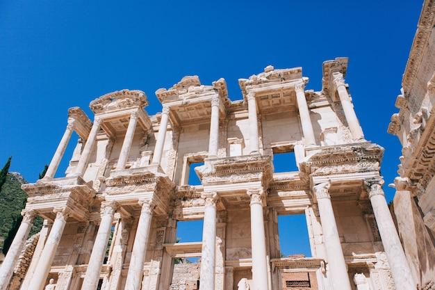 Antike ruinen in ephesus türkei. antike bibliothek in ephesus in der antiken griechischen stadt in der türkei
