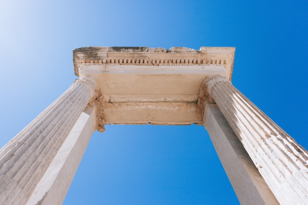 Antike ruinen in ephesus türkei. antiker bogen mit säulen in der antiken griechischen stadt in der türkei