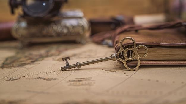 Antike schlüssel auf alter karte