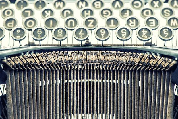 Antike schreibmaschine. vintage-objekt. getöntes bild im retro-stil