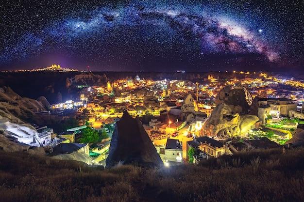 Antike stadt und burg von uchisar gruben berge, kappadokien nachts, turkey