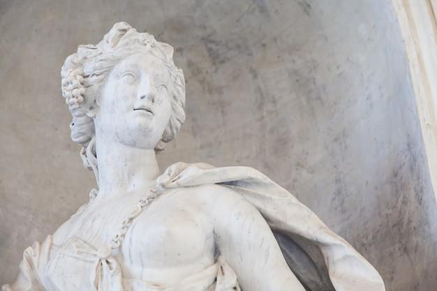 Antike statue einer jungen frau in einer italienischen kirche in der nähe von turin, norditalien