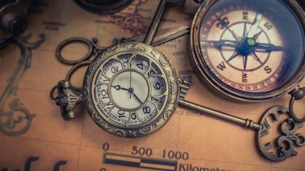 Antike taschenuhr und kompass