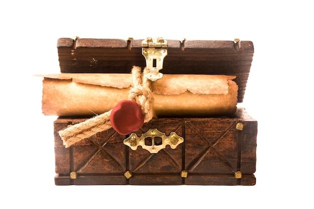 Antike truhe und eine schriftrolle mit siegel