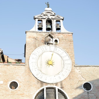 Antike uhr des glockenturms der kirche san giacomo di rialto im stadtteil san polo, venedig, italien