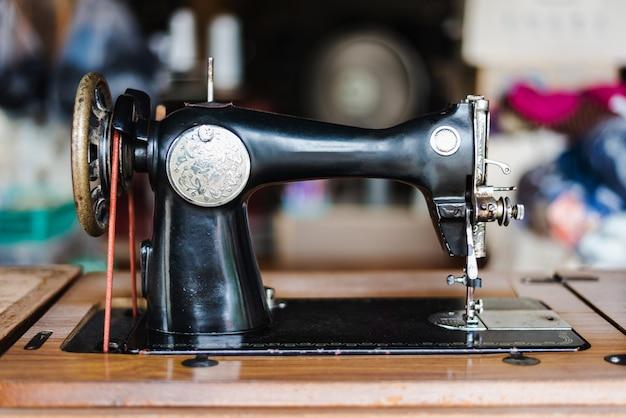 Antike vintage nähmaschine vorderansicht.