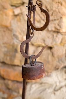 Antike waage verrostete eisen mit gewichten