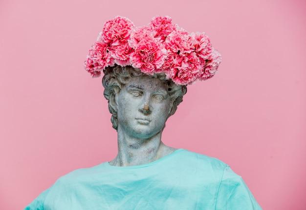 Antiker fehlschlag des mannes mit gartennelkenblumenstrauß in einem hut
