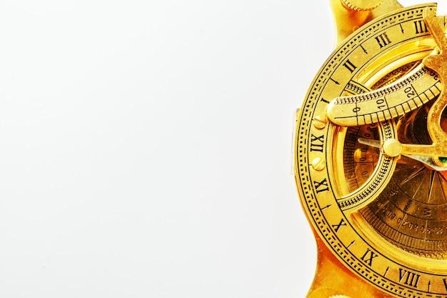 Antiker goldener kompaß getrennt auf weißem hintergrund