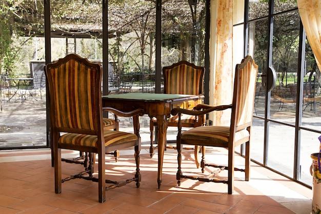 Antiker hartholztisch mit stühlen
