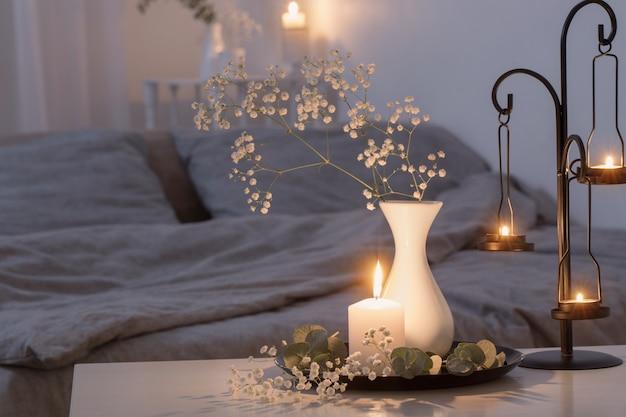 Antiker kerzenhalter mit brennenden kerzen im schlafzimmer