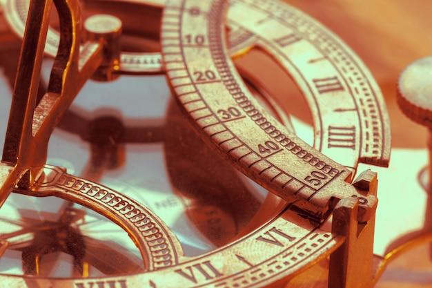 Antiker kompass auf weinleseart
