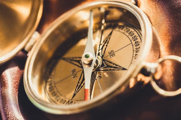 Antiker kompass aus messing im hintergrund