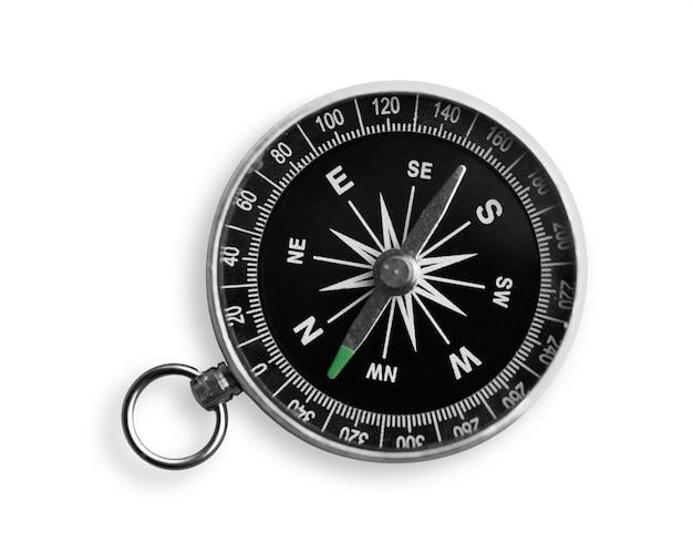 Antiker kompass aus metall auf weißem hintergrund