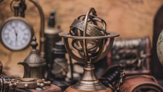 Antiker kompass mit sternzeichen