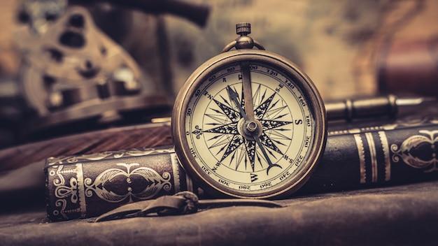 Antiker kompass und buch