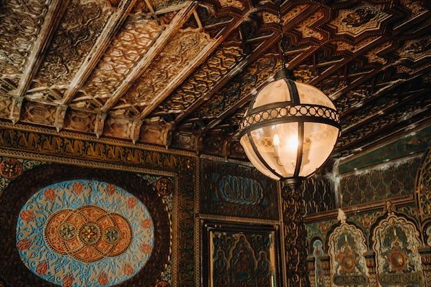 Antiker kristallleuchterleuchter im palast. großer kronleuchter im schloss.