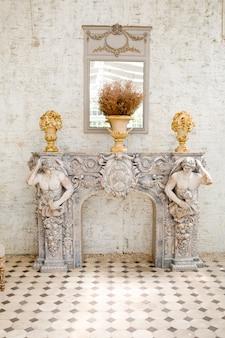 Antiker spiegel und tisch mit vase