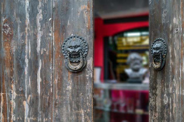 Antiker türklopfer in form eines löwenkopfes