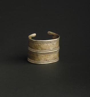 Antikes antikes armband auf schwarzem hintergrund. mittelasiatischer vintage-schmuck