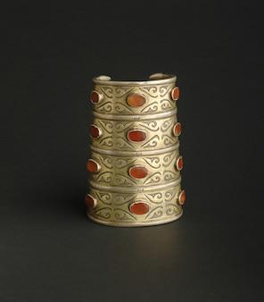 Antikes antikes armband mit steinen auf schwarzem hintergrund. mittelasiatischer vintage-schmuck