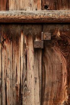 Antikes holz mit abgenutzter oberfläche und metallscharnier