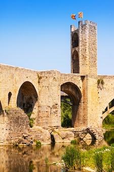 Antikes katalanisches stadttor an der mittelalterlichen brücke