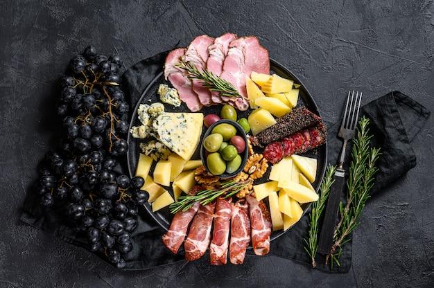Antipasti-board mit geschnittenem fleisch, schinken, salami, käse, oliven. ansicht von oben