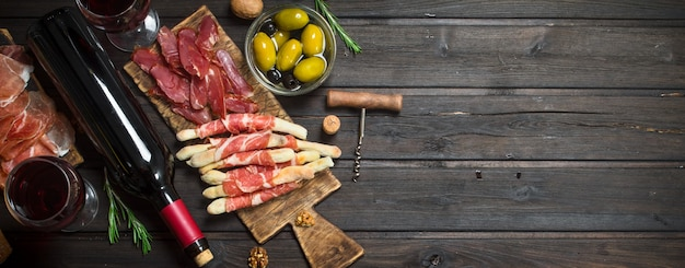 Antipasti hintergrund. verschiedene fleisch vorspeise mit oliven, jamon und rotwein.