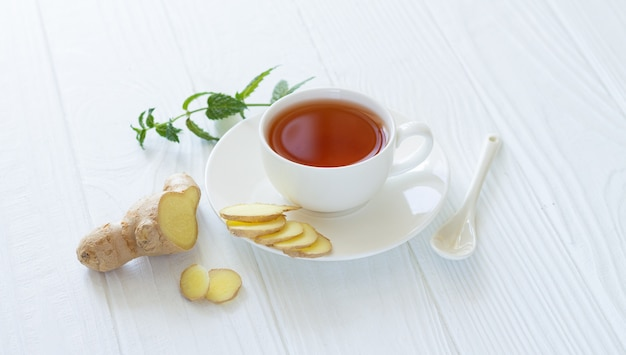 Antivirales getränk. gesunder ayurvedischer tee mit ingwer und minzblättern in weißer tasse