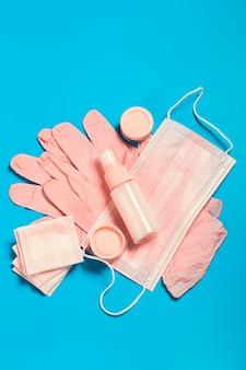 Antivirus-schutzset für eine damentasche in rosa maske medizinische handschuhe desinfektionsmittel sicheres reiseset