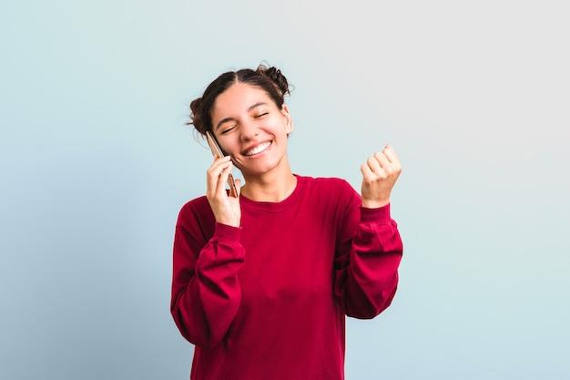 Antrag auf einschreibung an einer universität geprüft. aufgeregter selbstbewusster student, der am telefon spricht