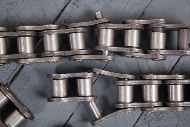 Antriebsrollenkette gebrochen. teile der zerstörten industriekette