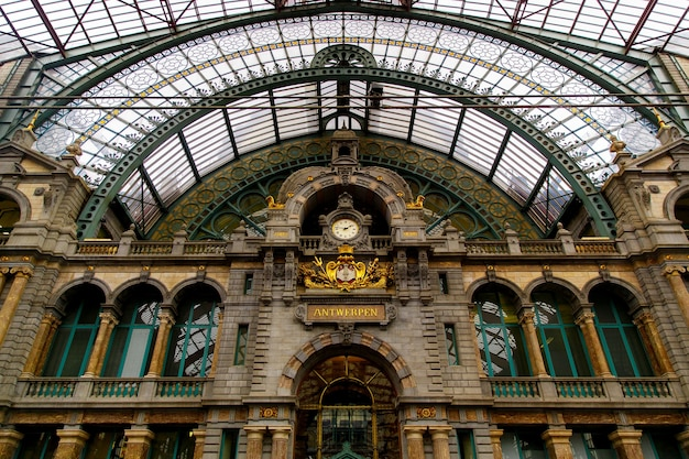 Antwerpen, belgien - 2. oktober 2019: innenraum des monumentalen hauptbahnhofs in antwerpen (centraal station antwerpen), belgien.