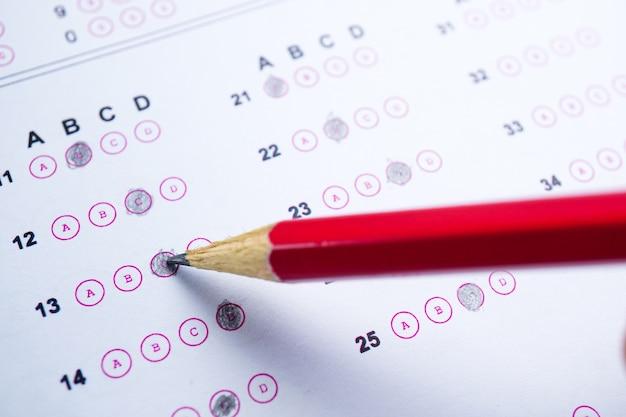 Antwortblätter mit bleistiftzeichnung füllen, um die auswahl zu treffen