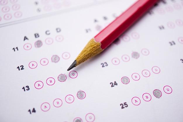 Antwortblätter mit bleistiftzeichnung, um die auswahl zu treffen: bildungskonzept