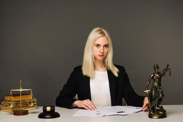 Anwältin, die am tisch im büro arbeitet