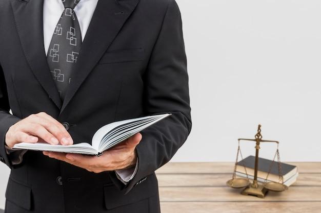 Anwalt beim lesen