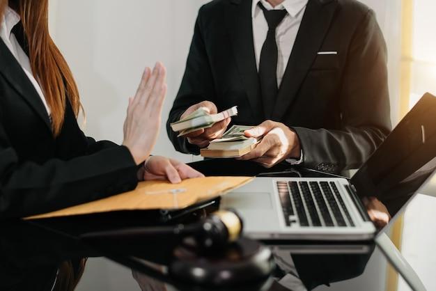 Anwalt, der bestechungsgeld im umschlag von geschäftsmann in der anwaltskanzlei ablehnt.
