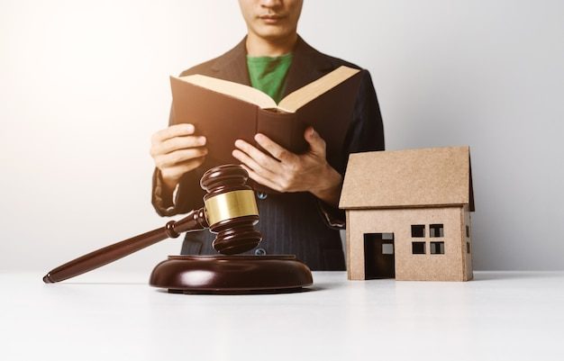Anwalt der immobilienversicherung, der schwer arbeitet