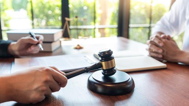 Anwalt, der mit dem mandanten zusammenarbeitet und im gerichtssaal über die gesetzgebung diskutiert